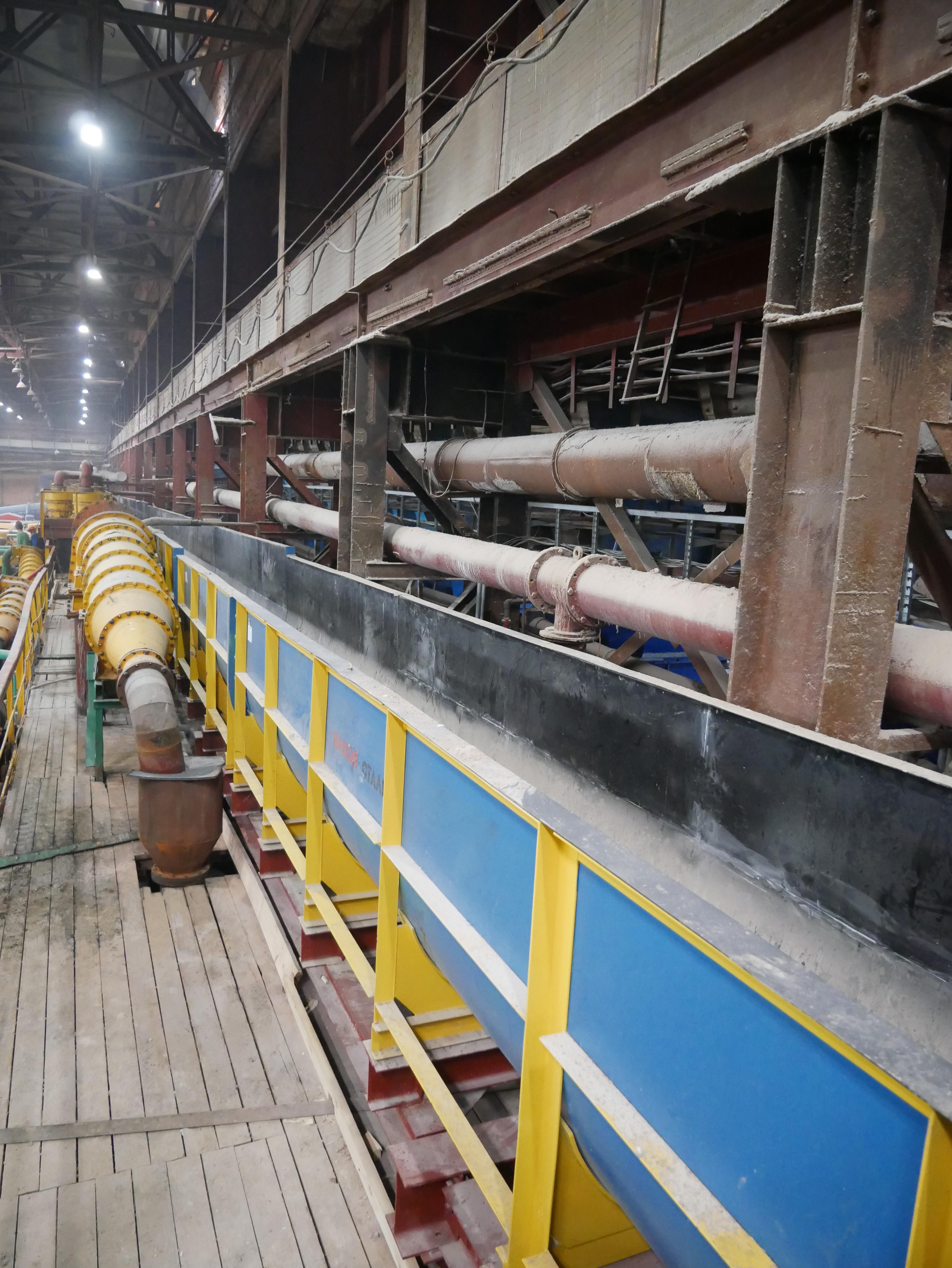 общий вид лотков на фабрике