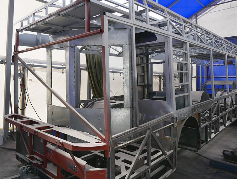 Подготовка рамы троллейбуса перед антикоррозийной защитой